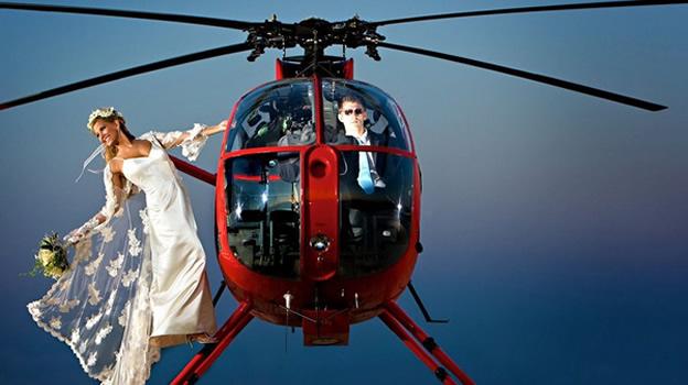 Noiva e Noivo de casamento de helicóptero